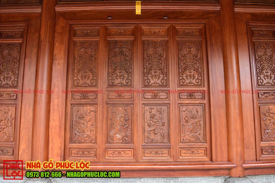 Bốn cánh cửa bức bàn trong 1 gian nhà